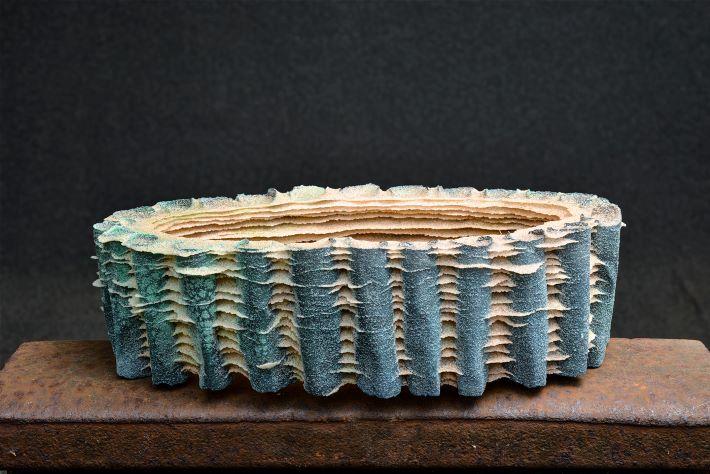 Vessel. Sandstøbt glas og patineret kobber. 18x10x10 cm.