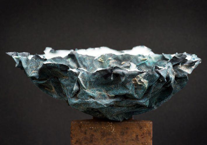 Vessel. Sandstøbt glas og patineret kobber. 24x17x17 cm.